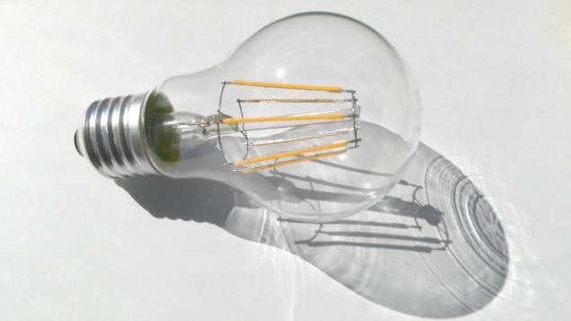 y la LED lámpara comparar Cómo una lámpara incandescente rxCoBed