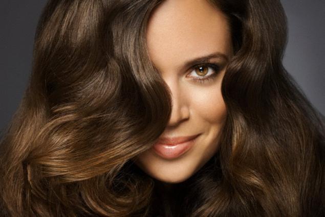 Las máscaras con la miel y los aceites cosméticos para los cabellos