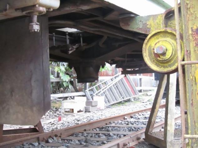 火车上厕所排的粪便掉在铁轨上会有人清理吗