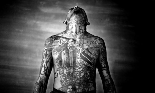 作为苏联的监狱纹身穿随机的人在俄罗斯和美国