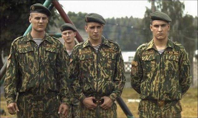 8408cb53e240f Antes de la recepción de la boina marrón soldados de las fuerzas especiales  que llevan