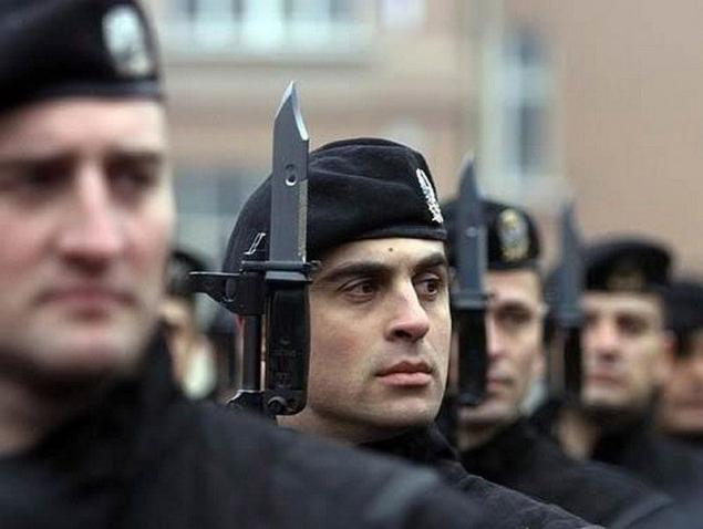 bda78528742c7 Serbias soldados de las fuerzas especiales que llevaban boinas negras.