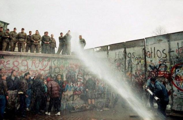 10 Things You May Not Know About the Berlin Wall - History ...   Fun Facts About The Berlin Wall