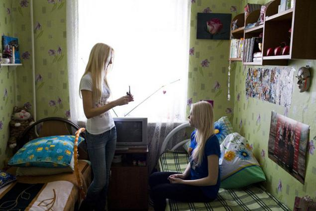 Сексуальная студентка раздевается в комнате общежития  178104