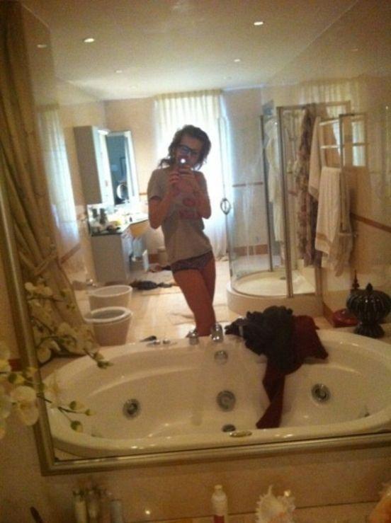 Брюнетка выложила в сеть свои частные фото  5437