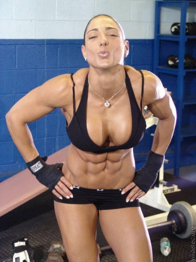 Спортивная зрелая женщина разделась  366084
