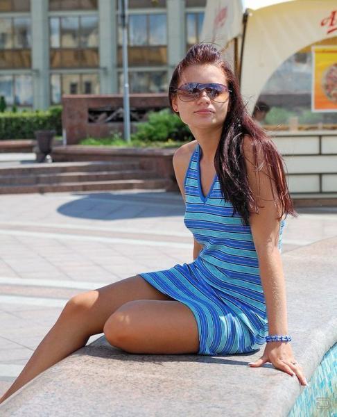 фото девушек на улице без лифчика под одеждой