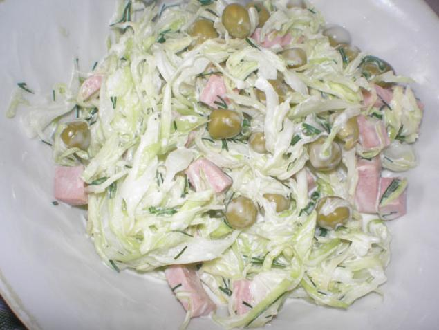 салат из свежей капусты с зеленым горошком фото