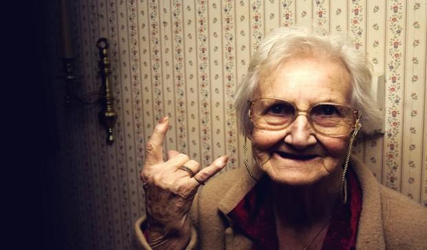 пожилая с сигаретой видео-кт3