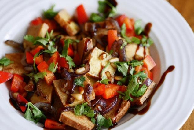 Теплый салат из баклажанов перца и помидоров