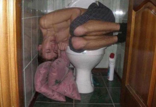 pyanie-devushki-v-tualetah