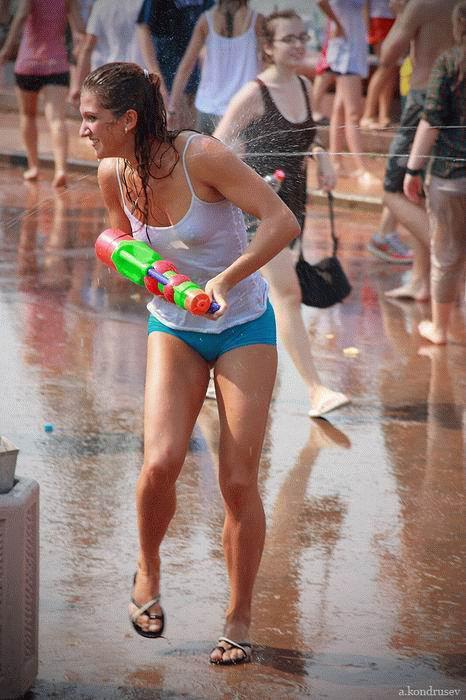 фото как одеваются девушки в жару ню живете