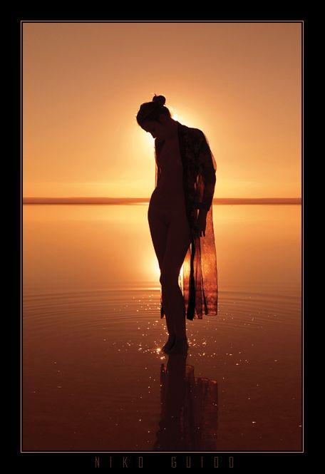 Красивые снимки голой девушки на закате солнца у реки  72752