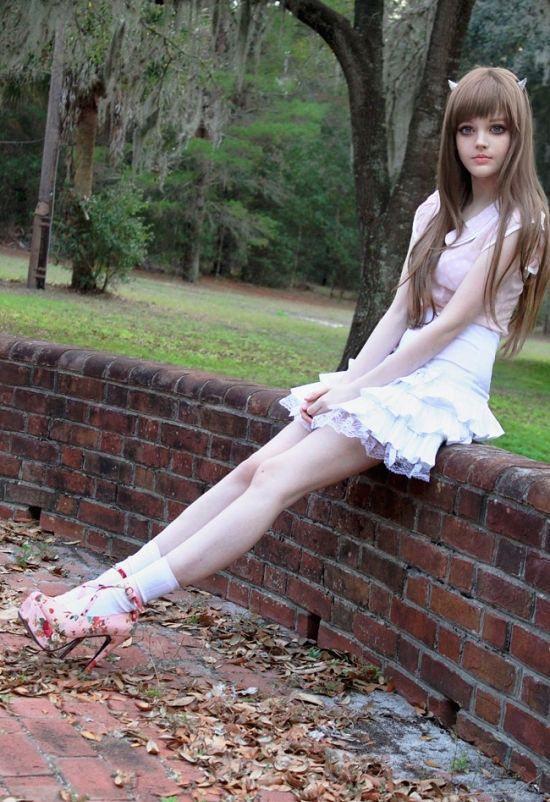 Дакота Роуз - 16-летняя девушка, которая ведет очень популярный в социальны