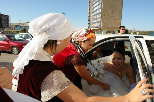 когда и как знакомятся родители жениха и невесты