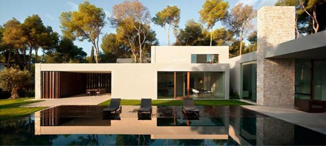 Casa de una sola planta moderna en un bosque de pinos for Casa minimalista bosque