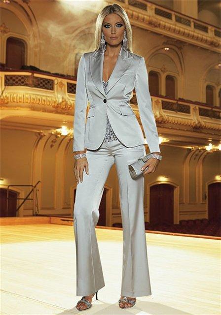 Такой брючный костюм, женский 2013, хоть и мужского покроя, кроме того